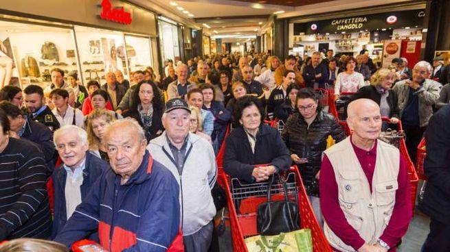 Folla in attesa di entrare nel rinnovato Ipercoop