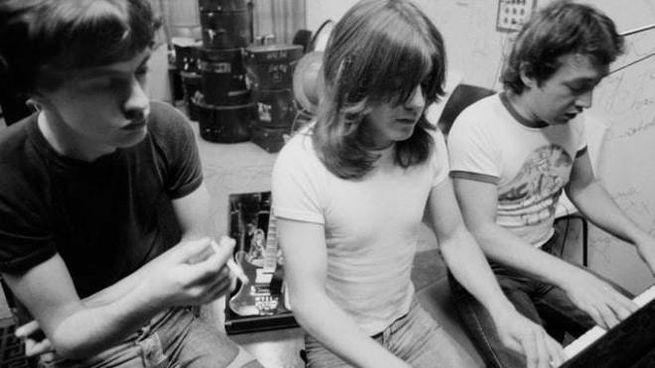 Angus, Malcolm e George Young. AC/DC (da Facebook)