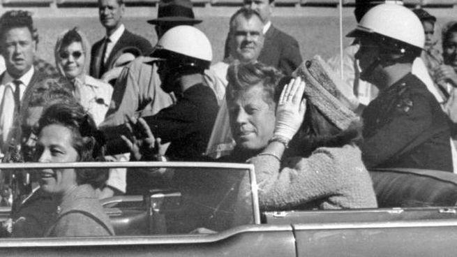 John F.Kennedy con la moglie a Dallas (Ansa)