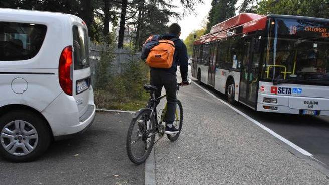 Un ragazzo delle medie mentre torna a casa in bici a Reggio