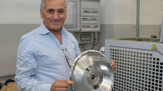 Michele Gagliardi con un calco speciale per realizzare i dischi