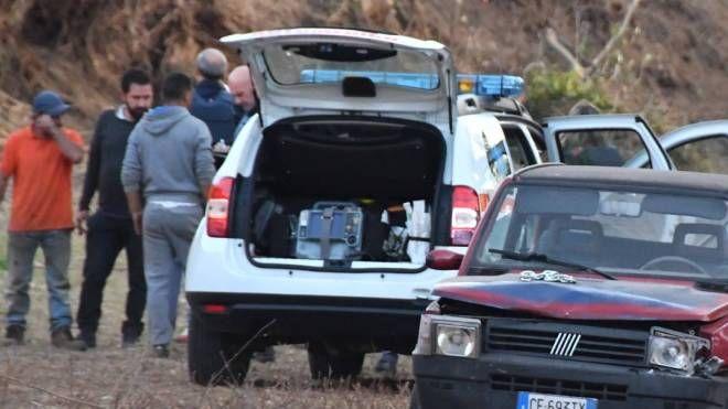 Le forze dell'ordine si sono fermate fino a tardi per raccogliere indizi e testimonianze utili (fotoservizio di Paola Nizza)
