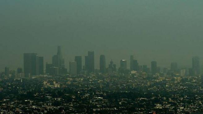 Cambiamento climatico, Los Angeles sotto una cappa di smog (Afp)