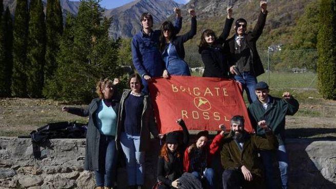 I partecipanti al gioco con la bandiera Br (Foto Terre Spezzate - P. D'Angelo)