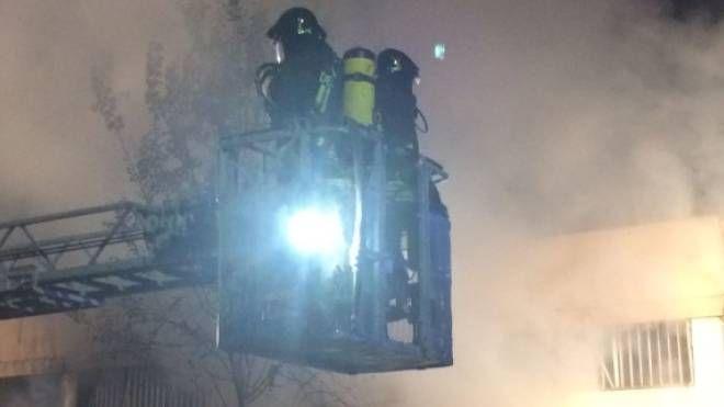 Incendio in un capannone industriale a Camaiore