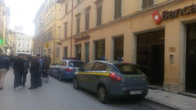 Azionisti mobilitati davanti la filiale in centro ex Banca Marche