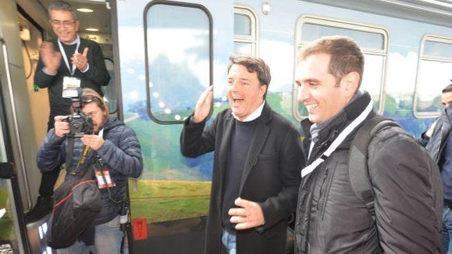 Matteo Renzi scende dal treno (foto Frasca)