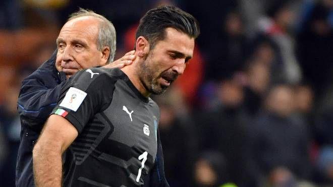 Buffon in lacrime consolato dal ct Ventura (Ansa)