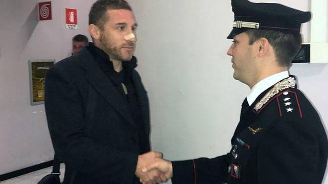 Il capitano Andrea Romanelli stringe la mano a Marco Ivani