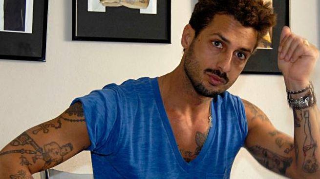 Una foto di Fabrizio all'interno  della sua abitazione  sequestrata un anno fa