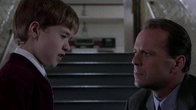 AL CINEMA Haley Joel Osment e Bruce Willis, piccolo paziente e psicologo  nel film thriller del 1999  'Il sesto senso'