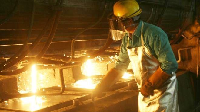 Un lavoratore in acciaieria