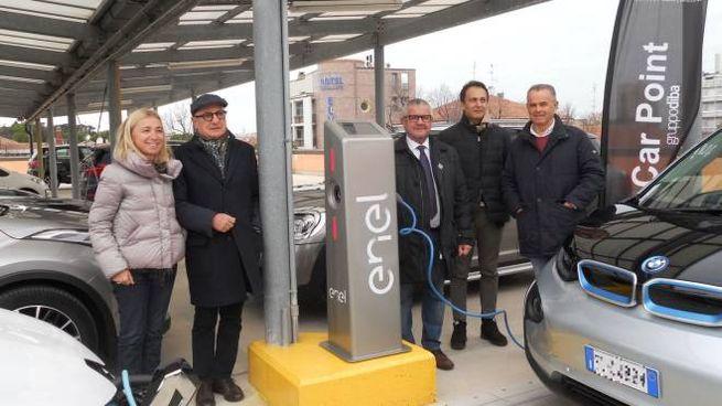 La prima colonnina di rifornimento per auto elettriche, installata al parcheggio Il Curvone (Foto Print)