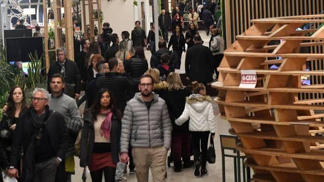 I visitatori girano negli spazi della Fabbrica Italiana Contadina (FotoSchicchi)