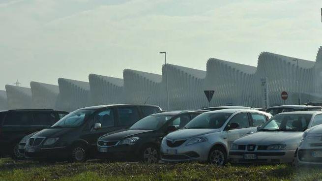 Le auto parcheggiate anche sui prati alla Mediopadana