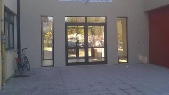 ALTA TENSIONE L'ingresso dell'istituto tecnico statale Mazzocchi; in alto a destra, il servizio uscito ieri