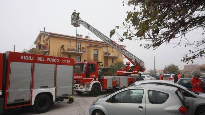 si barrica in casa: vigili del fuoco sul posto (Foto Antic)