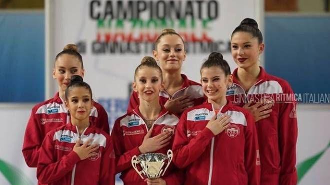 Sorridenti, le ragazze dei Fabriano sul podio più alto. Sono campionesse d'Italia di Ginnastica Ritmica