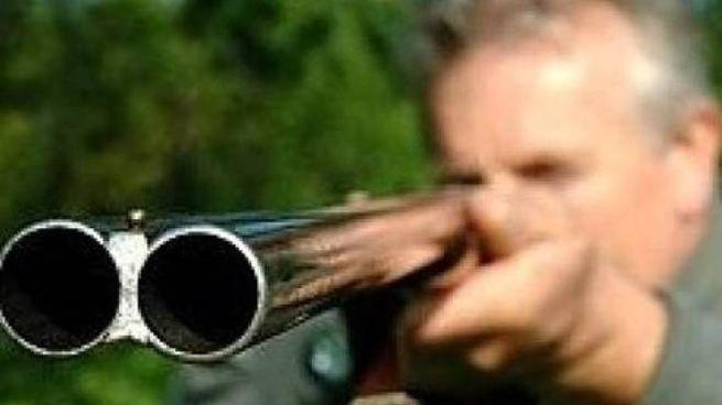 L'anziano aveva sparato con il fucile da caccia, caricato a salve, a tre vigili urbani che erano andati ad avvertirlo  che c'era   il pericolo che il fiume esondasse