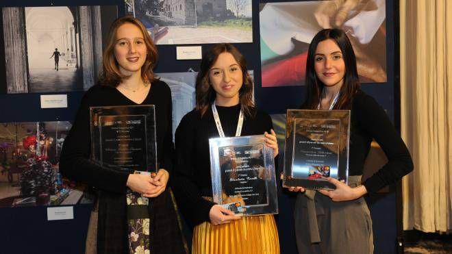 Le vincitrici del premio Bper Qn-Carlino: da sinistra Chiara Natalie Focacci, Elisabetta Tirelli e Francesca Gibertoni
