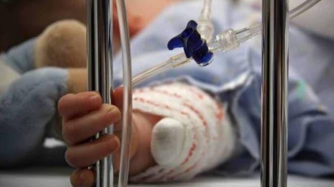 Il piccolo, soccorso a Sesto San Giovanni, è ricoverato nell'ospedale Buzzi di Milano. La pm dei Minori Fiorillo ha aperto un fascicolo