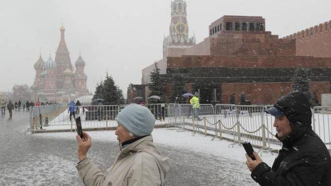 Mosca, neve sulla piazza rossa (Ansa)