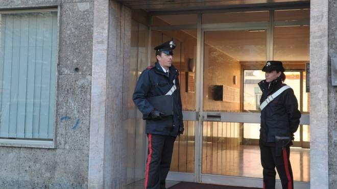 I carabinieri davanti all'abitazione del pensionato