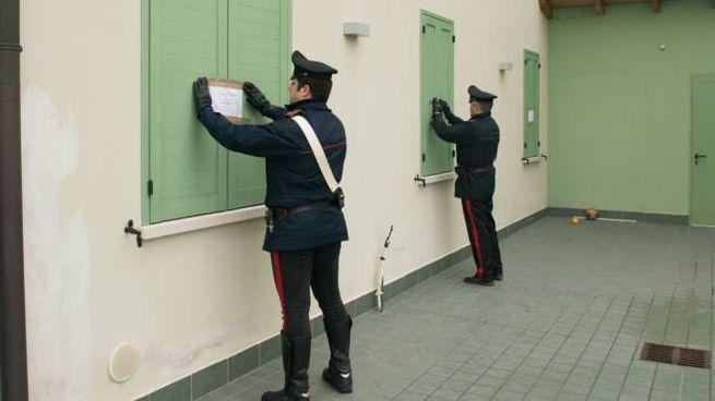 I carabinieri mettono i sigilli all'abitazione
