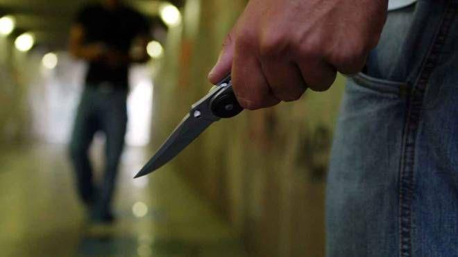 Aggressione con coltello, bullismo, violenza: foto generica