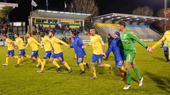 I giocatori della Fermana festeggiano la vittoria (foto Zeppilli)