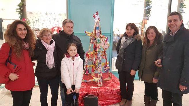 L'inaugurazione degli alberi di Natale fatti dai bambini della Mameli