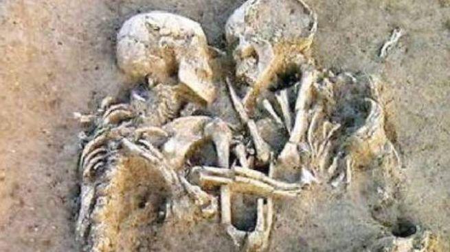 Gli scheletri abbracciati