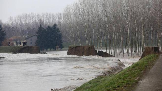 Maltempo, il punto in cui il fiume Enza ha rotto gli argini (foto Ansa)