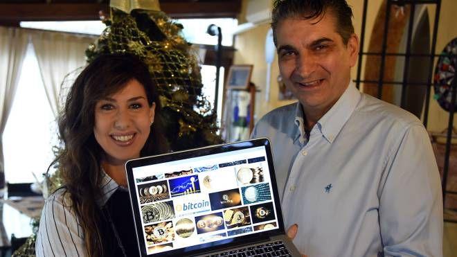 Alessandro Zicola e la moglie Isabella Bugli, titolari dell'hotel Nuovo Giardino, a Rivazzurra. Nel loro albergo si paga il conto con i Bitcoin