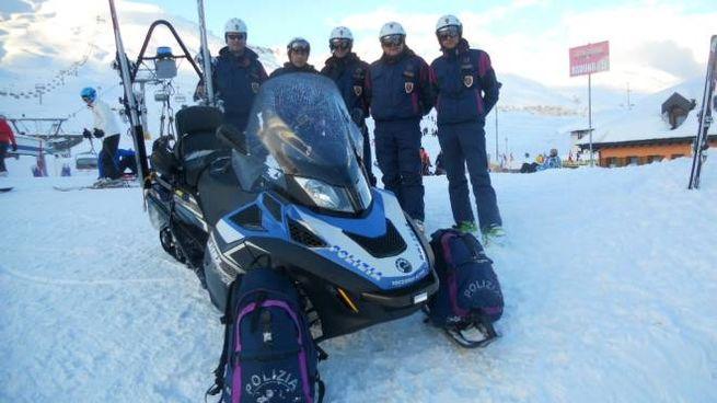 poliziotti sciatori
