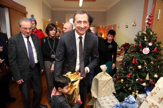 Regali Di Natale Per Bambini Asilo.Il Sindaco Sala Consegna I Regali Di Natale Ai Bimbi Dell Asilo