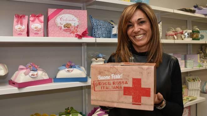 Il pacco speciale con i panettoni di Flamigni per la Croce Rossa italiana (foto Fantini)