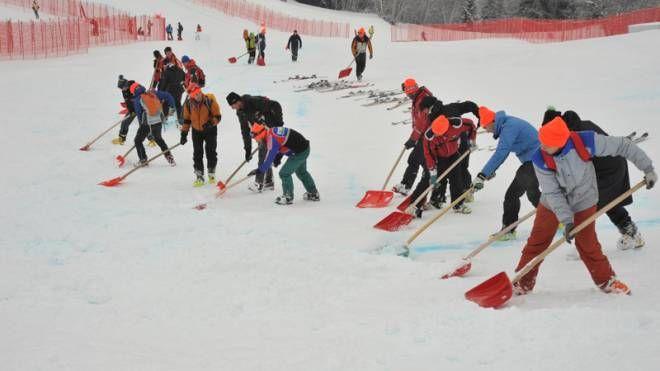 Organizzatori al lavoro per preparare al meglio la pista Stelvio