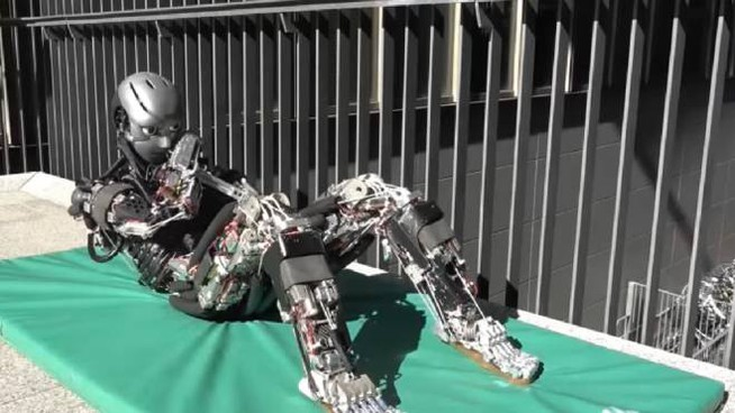Il robot fa gli addominali (Foto: wwwAAASorg/YouTube)