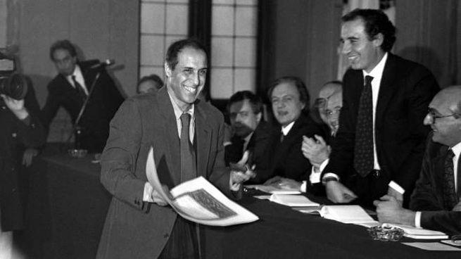 La consegna dell'Ambrogino d'Oro da parte del sindaaco Paolo Pillitteri nel 1989;