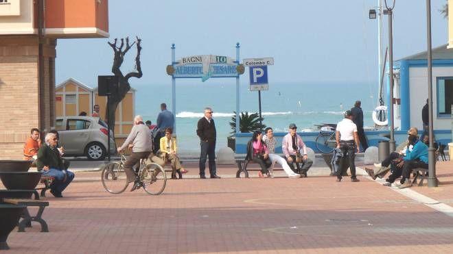 La piazza Kennedy di Marotta, che segna il confine fra i comuni di Mondolfo e