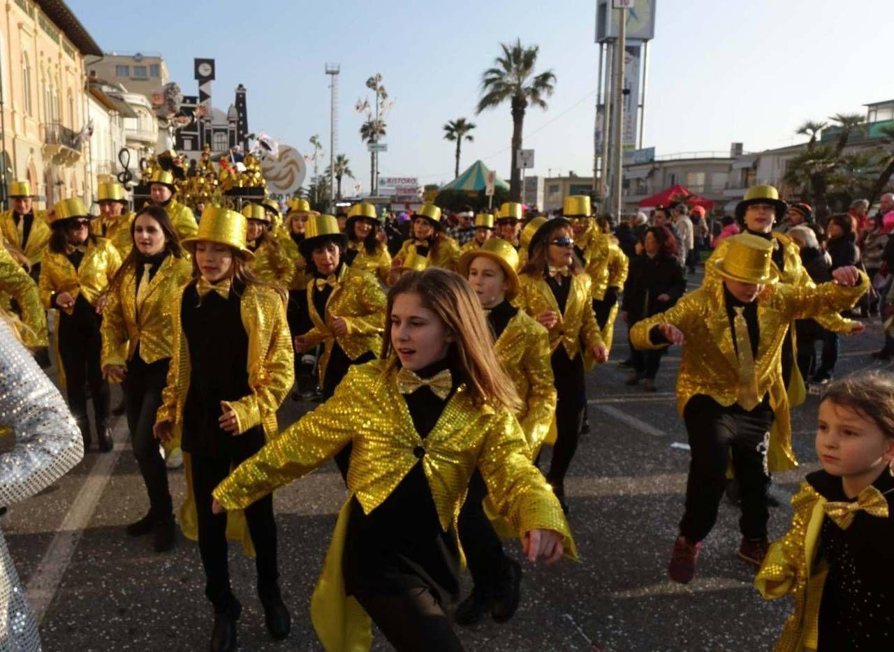 Calendario Carnevale Viareggio 2020.Carnevale Va In Scena Il Grande Spettacolo Di Martedi