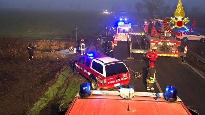 L'auto ribaltata nel fosso e i soccorsi
