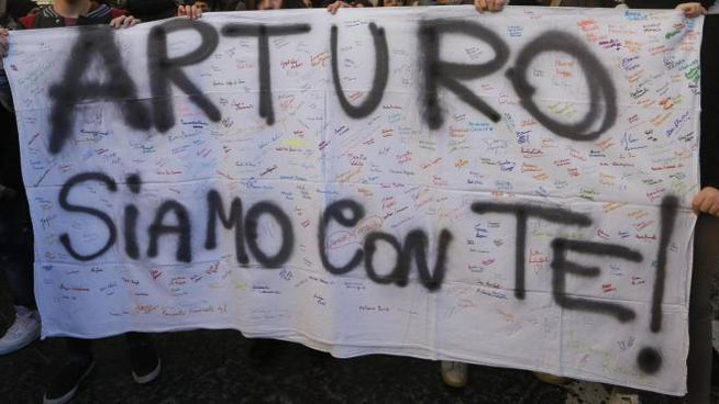 Studenti e cittadini durante il corteo di solidarietà ad Arturo (Ansa)