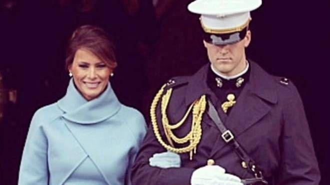 Melania Trump sorridente con l'ufficiale gentiluomo