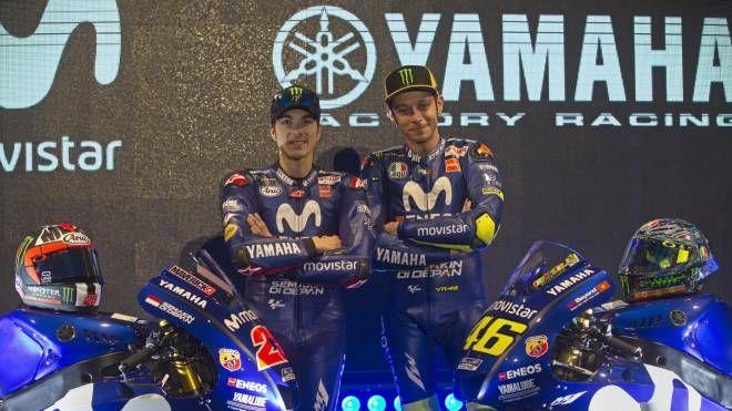 Maverick Vinales e Valentino Rossi alla presentazione della Yamaha 2018 (Ansa)