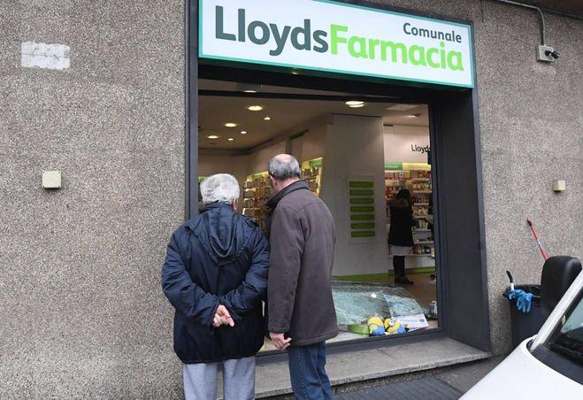 Bologna rapina con spaccata alla farmacia lloyds cronaca