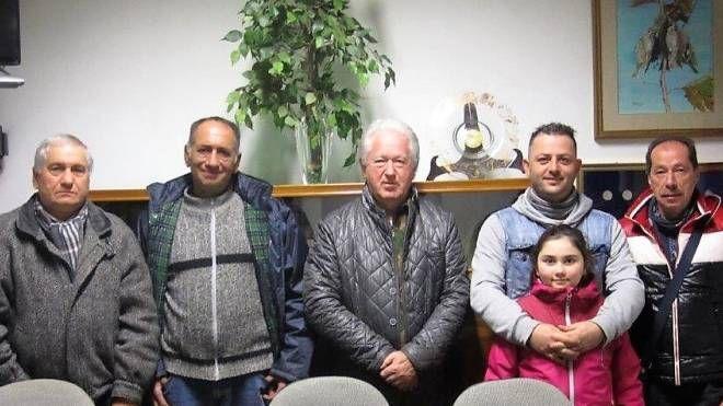 Il vice presidente Damiano Breschi, al centro, con i vincitori della Lotteria