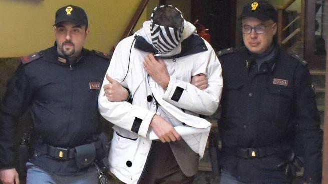 Il professore arrestato mentre viene portato via dalla questura per essere condotto in carcere