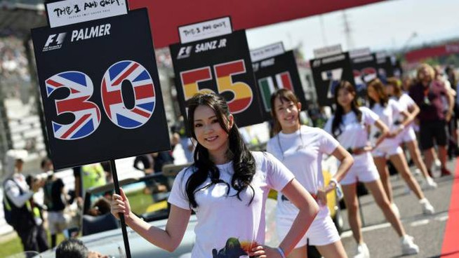 Grid girls sul circuito di Suzuka (Ansa)